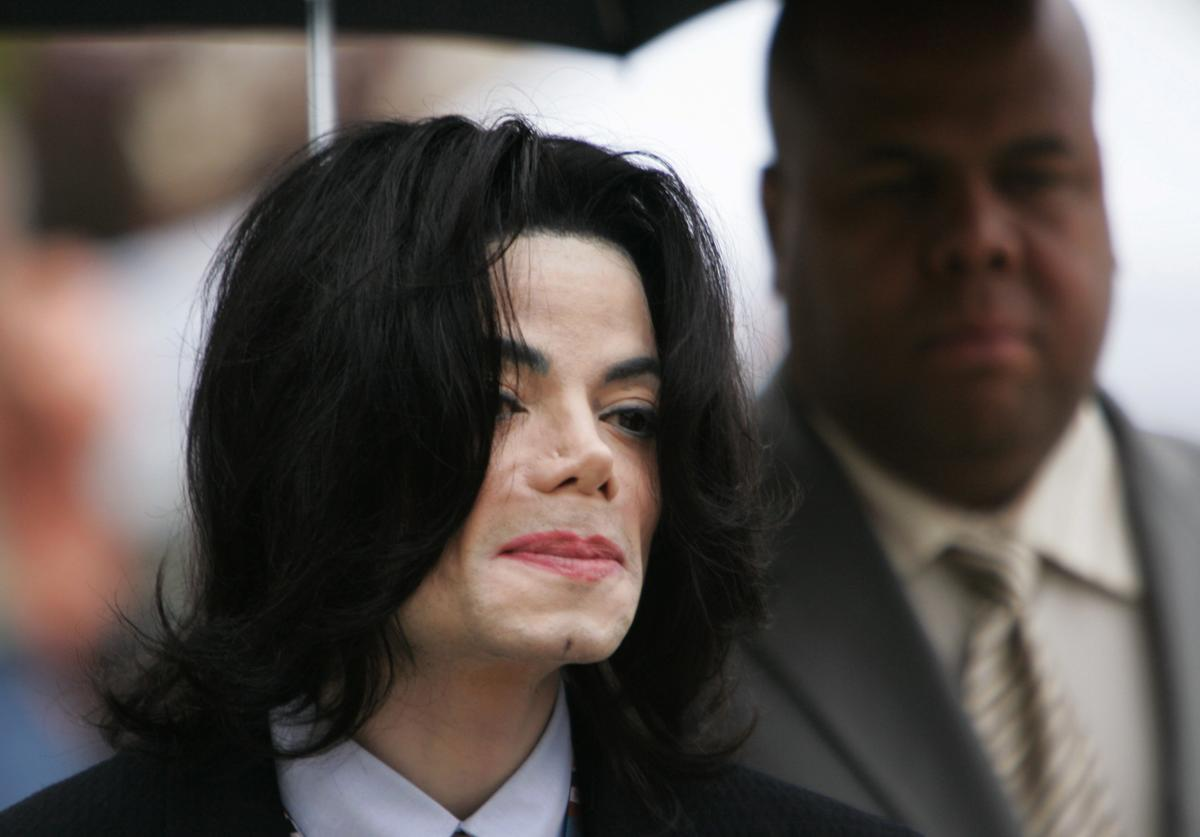 Michael Jackson arrives at the Santa Barbara County Courthouse for his child molestation trial May 26, 2005 in Santa Maria, California