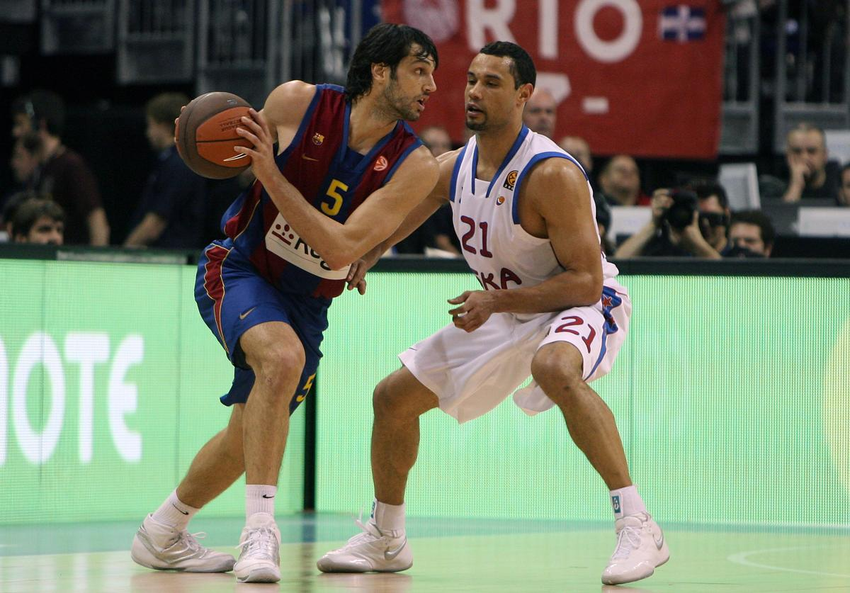 Trajan Langdon (R) of Moscow challenges for the ball with Gianluca Basile (L) of Barcelona during the Euroleague Basketball Final Four semi Final game between Regal FC Barcelona and CSKA Moscow at O2 World on May 1, 2009 in Berlin, Germany.
