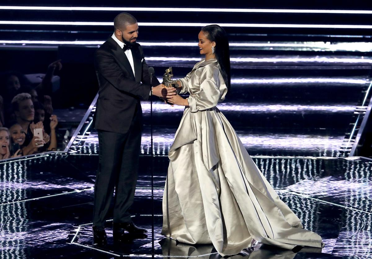 Drake (L) presents the Michael Jackson Video Vanguard Award to recipient Rihanna onstage during the 2016 MTV Video Music Awards at Madison Square Garden on August 28, 2016 in New York City
