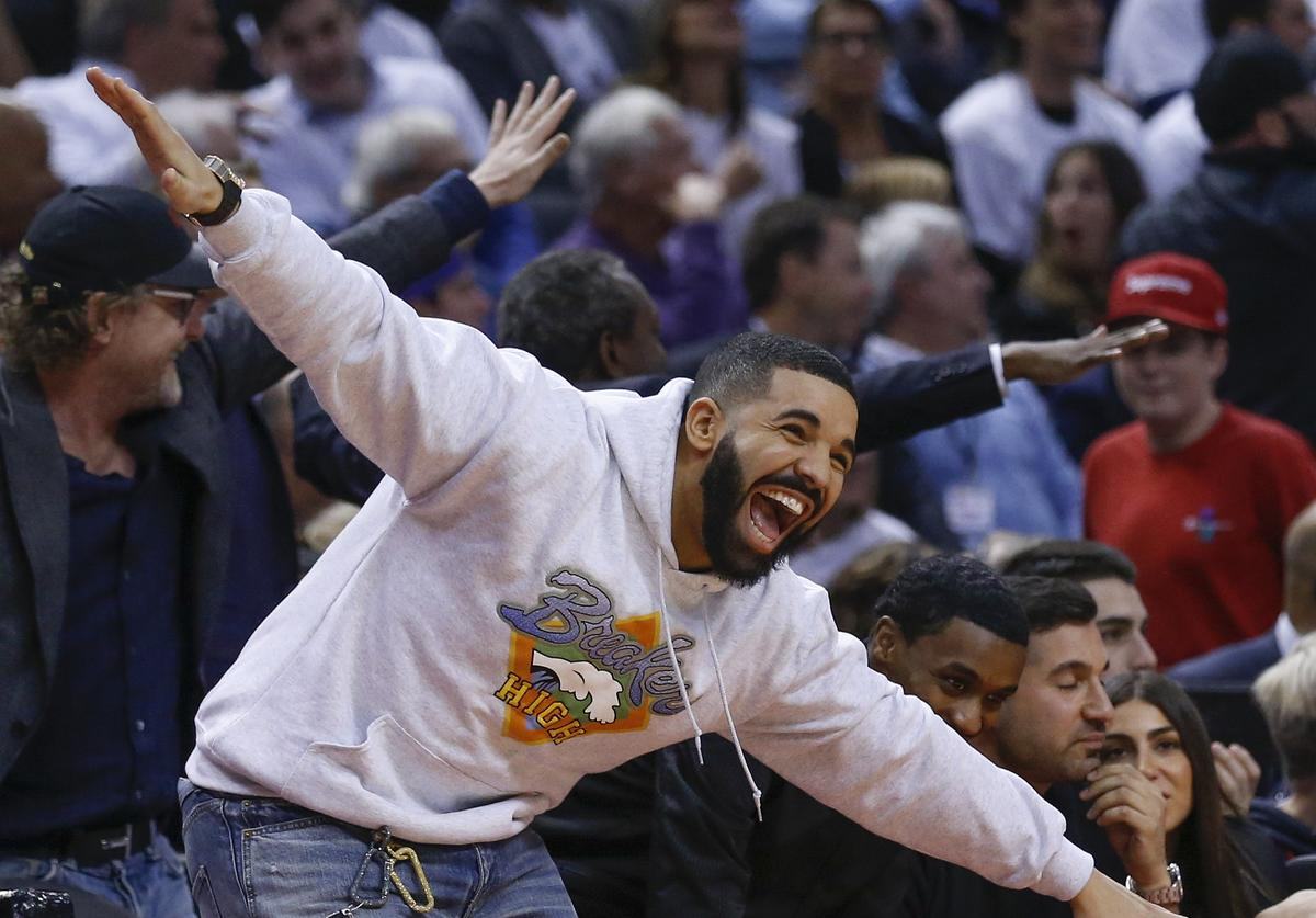 Drake gets in on the fun as the 4th quarter winds down