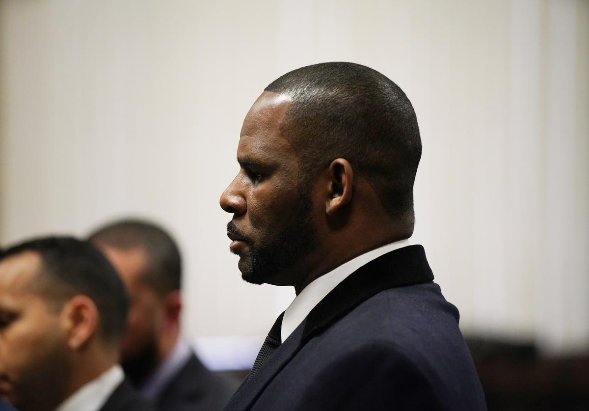 R. Kelly appears at a hearing before Judge Lawrence Flood at Leighton Criminal Court Building May 7, 2019 in Chicago, Illinois
