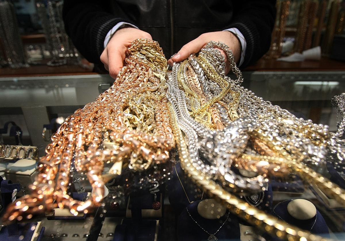 """Gold chains are seen for sale in Avianne & Co. in the """"Diamond District"""" March 6, 2007 in New York City. The price of gold hit a new record, climbing as high as 991.68 dollars per ounce following a weak dollar and nearing the symbolic $1,000 level."""