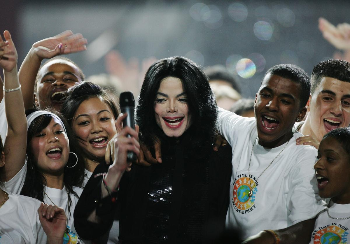 Singer Michael Jackson performs on stage during the 2006 World Music Awards at Earls Court on November 15, 2006 in London.