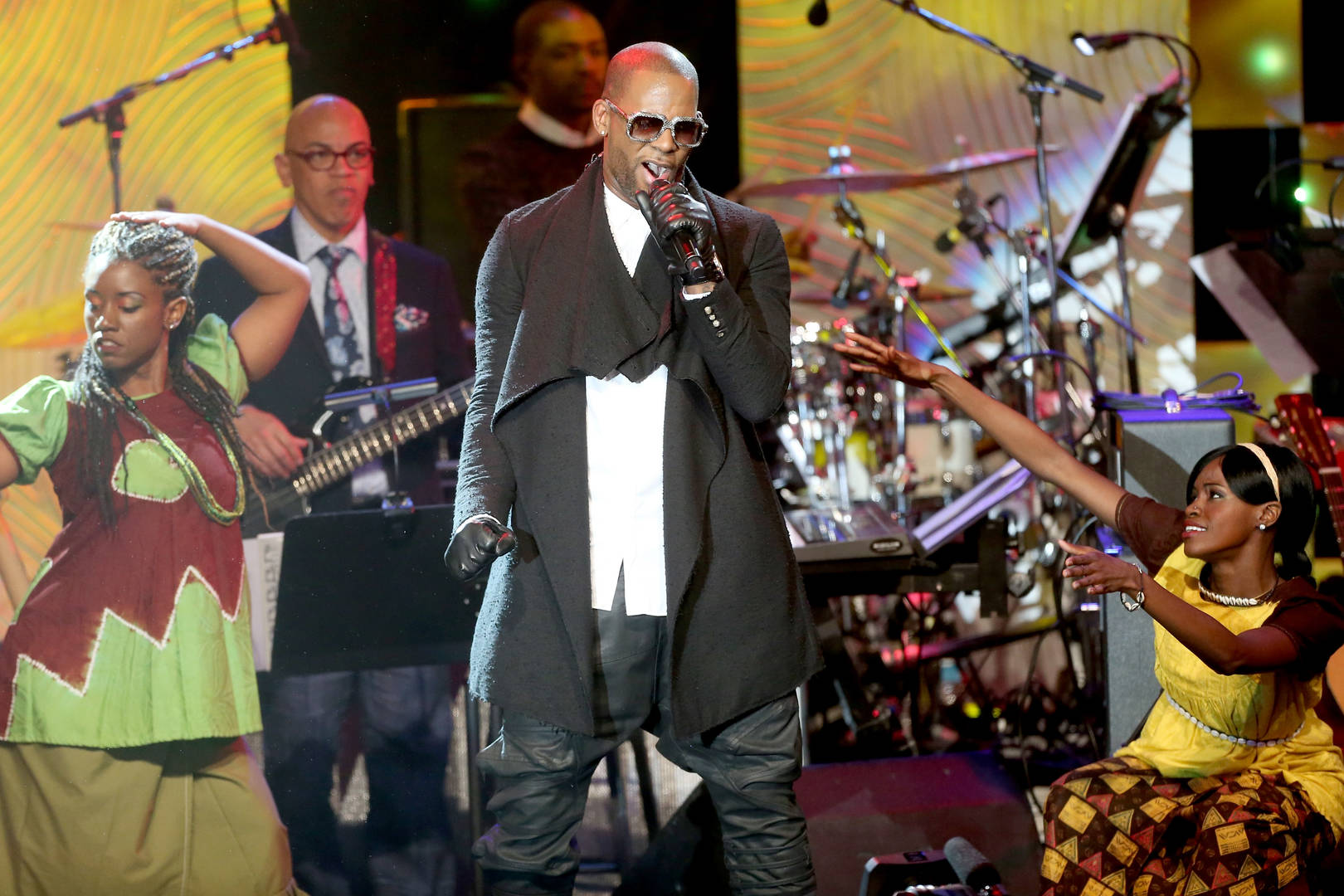 R. Kelly's Ex-Manager Hit W/ Arrest Warrant
