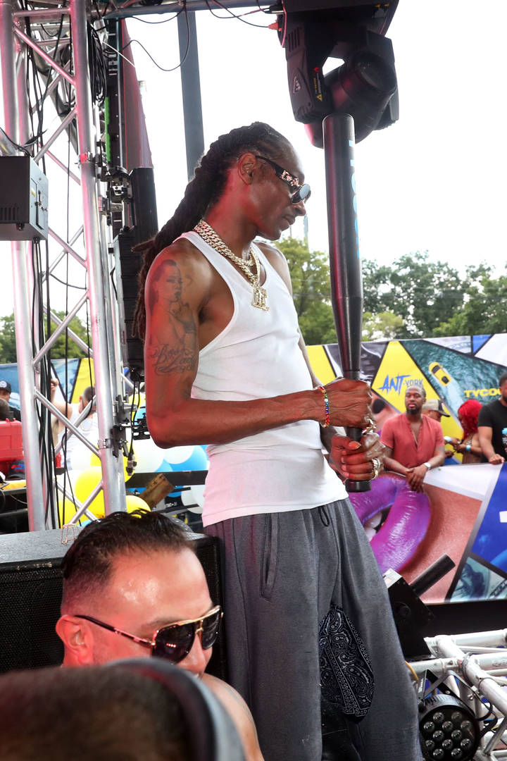 Snoop Dogg Smokes Out A Police Officer At 50 Cent's Tycoon Pool Party: Watch