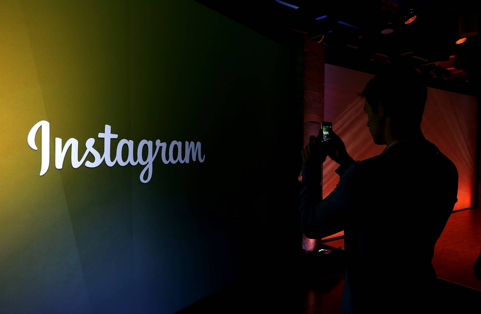 """Instagram To Begin Labelling Photoshopped Images With """"False Information"""" Warning"""