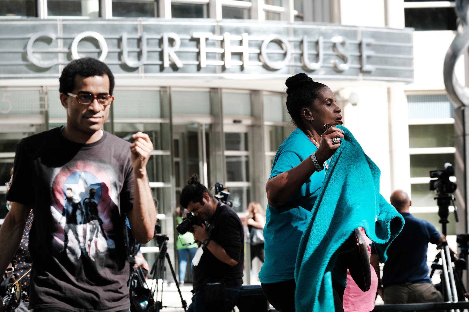 r kelly supporters outside courthouse